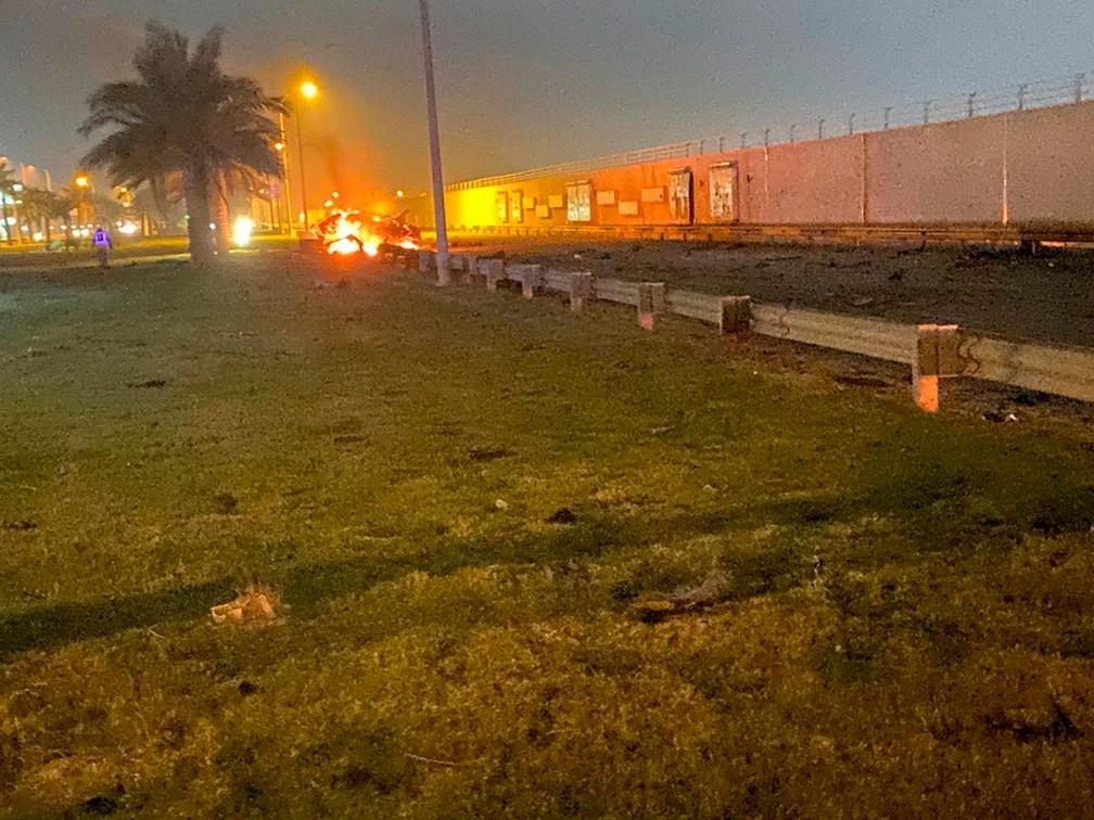 Veículo pega fogo após ataque no Aeroporto Internacional de Bagdá, no Irã, na madrugada desta sexta-feira (3)  — Foto: Assessoria de Imprensa do Primeiro Ministro do Iraque via AP