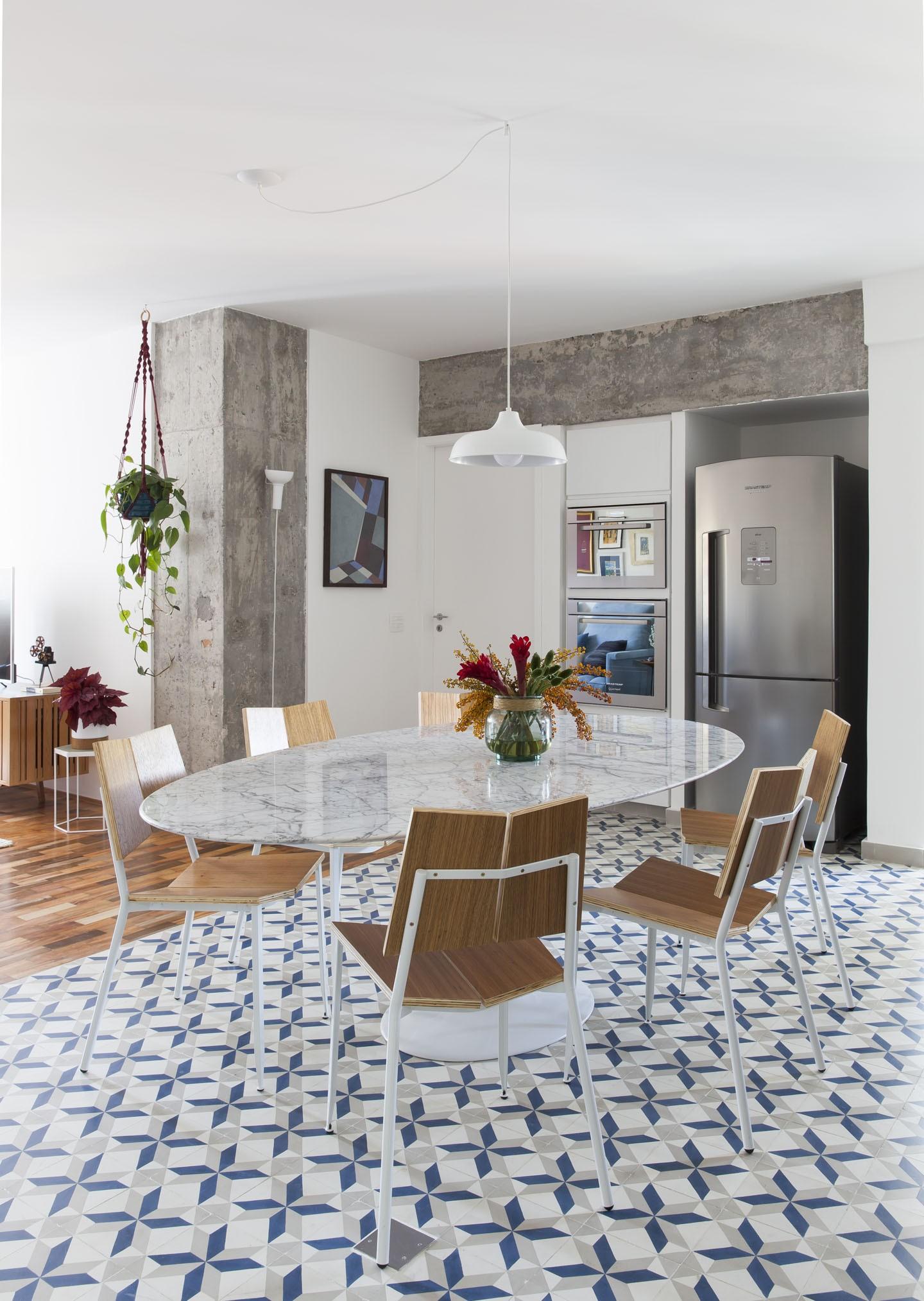 Décor do dia: cozinha integrada com piso geométrico (Foto: Maira Acayaba/Divulgação)