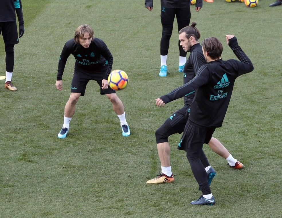 Bale durante treinamento do Real Madrid com Modric (Foto: EFE)