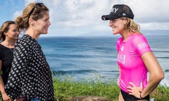 Sophie Goldschmidt e a australiana Stephanie Gilmore durante um campeonato no Havaí
