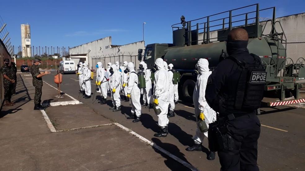 Militares da Marinha e Exército fazem limpeza do Centro Penitenciário da Papuda — Foto: Comando Conjunto do Planalto
