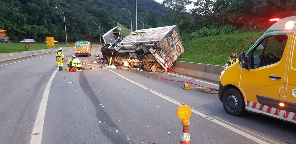 Acidente com quatro caminhões na BR-376, em Guaratuba — Foto: Divulgação/PRF