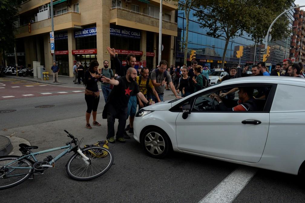 Manifestantes bloqueiam a avenida Gra Via em dia de greve geral e manifestações em Barcelona (Foto: REUTERS/Vincent West)