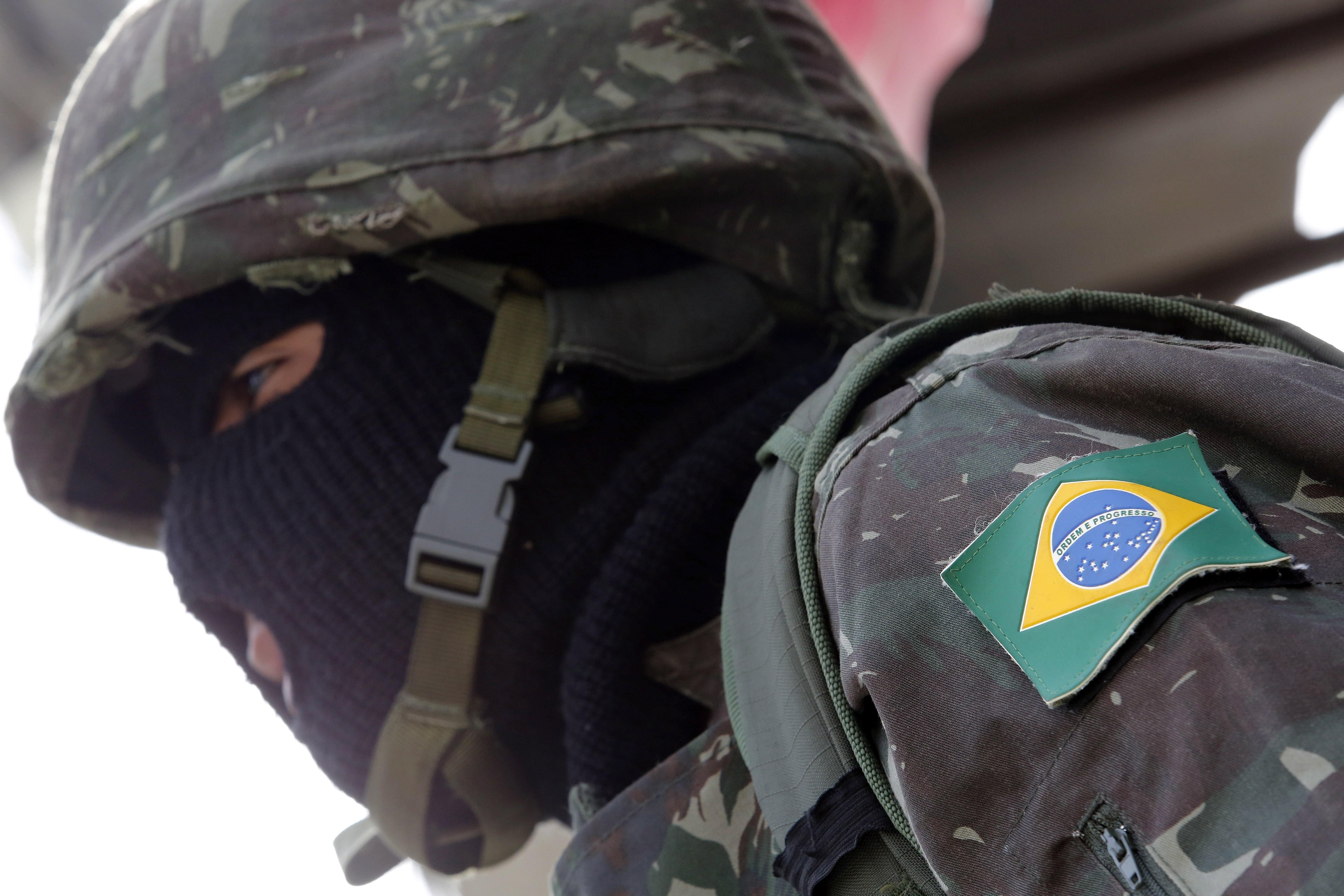 Soldado participa de operação na Maré, zona Norte do Rio, em dezembro