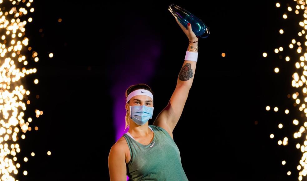 Aryna Sabalenka ergue o troféu no WTA de Ostrava — Foto: Divulgação / Twitter