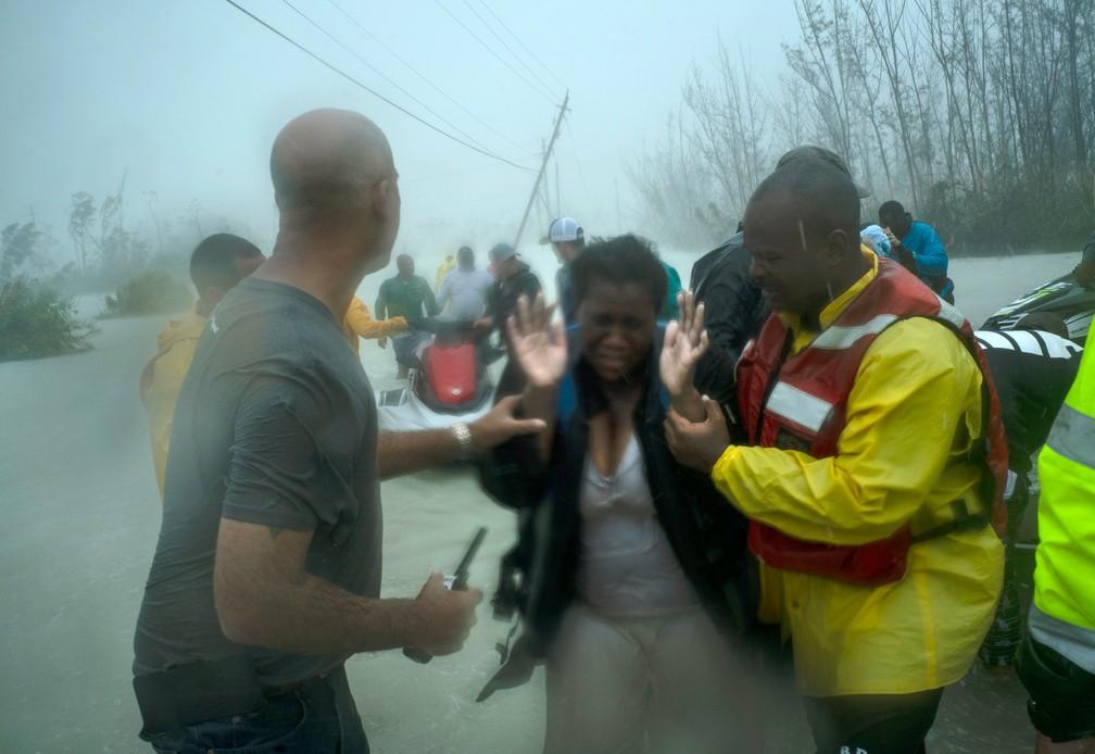 Voluntários ajudam no resgate de famílias que chegaram em pequenos barcos durante a passagem do furacão Dorian perto da ponte Causarina em Freeport, nas Barramas — Foto: Ramon Espinosa/AP