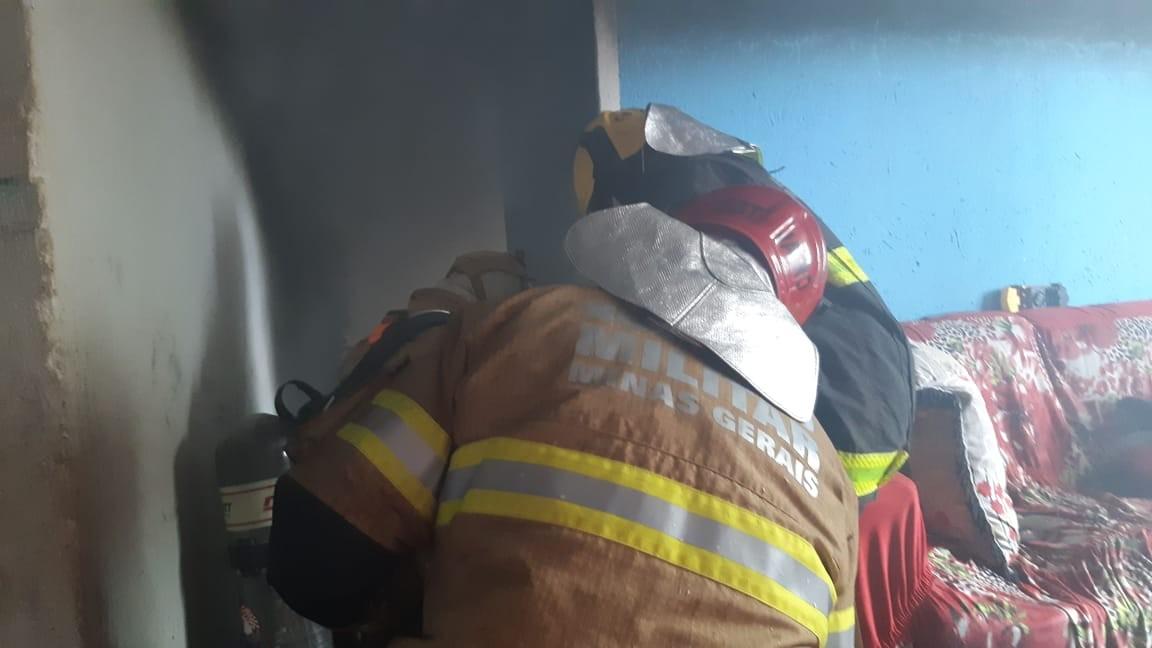 Filha coloca fogo na casa da mãe em Uberaba; veja vídeo