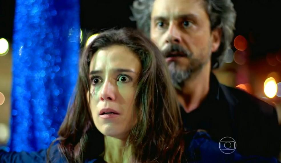 Cora (Marjorie Estiano) leva tiro no lugar de José Alfredo (Alexandre Nero) - 'Império' — Foto: Globo