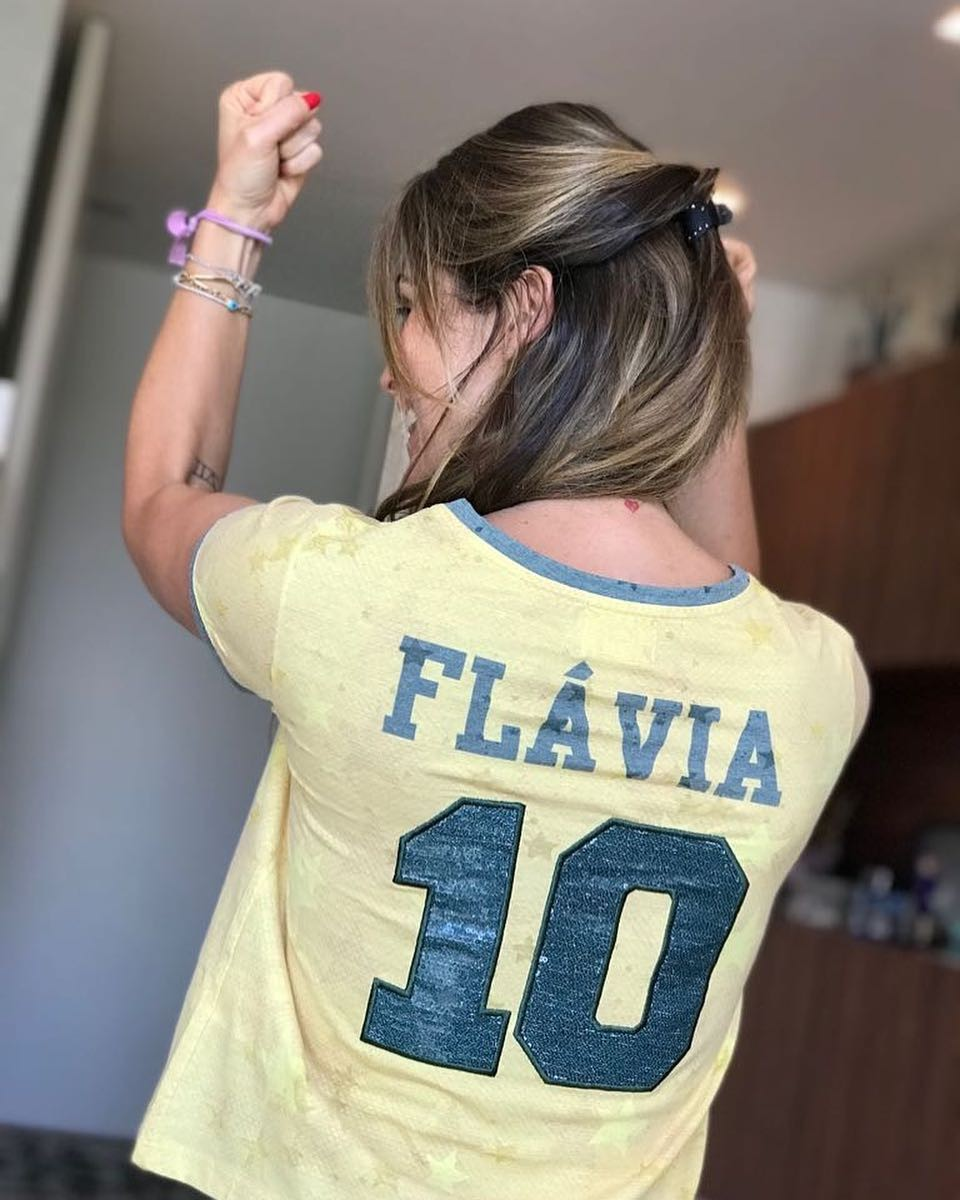 Flávia Alessandra tem camisa customizada para a ocasião (Foto: Reprodução/Instagram)