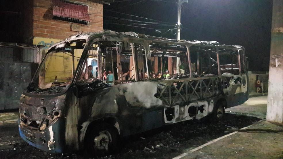Ocupantes do micro-ônibus foram rendidos por grupo armado que chegou a atirar no veículo — Foto: Rafaela Duarte/ Verdes Mares