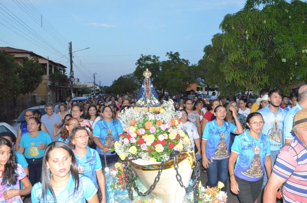 -  Uma procissão foi realizada em homenagem a Nossa Senhora Aparecida em Santarém  Foto: Adonias Silva/G1
