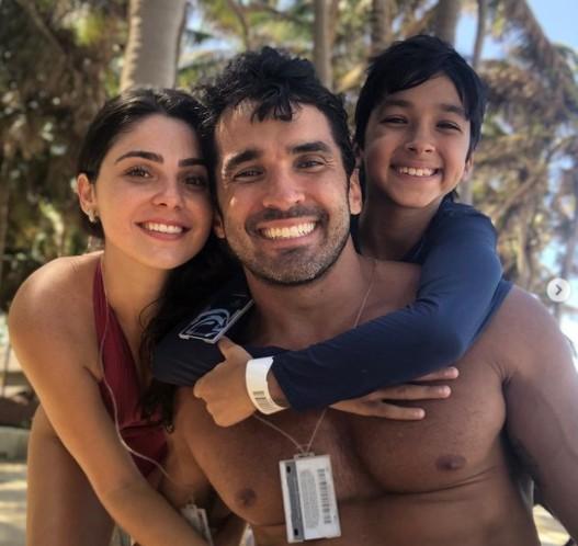 Marcela Barrozo, o namorado e o enteado (Foto: Reprodução Instagram)