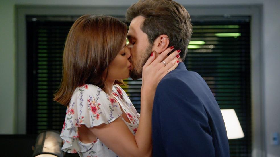 Kyra (Vitória Strada) e Alan (Thiago Fragoso) se beijam depois de revelações bombásticas em 'Salve-se Quem Puder' — Foto: Globo