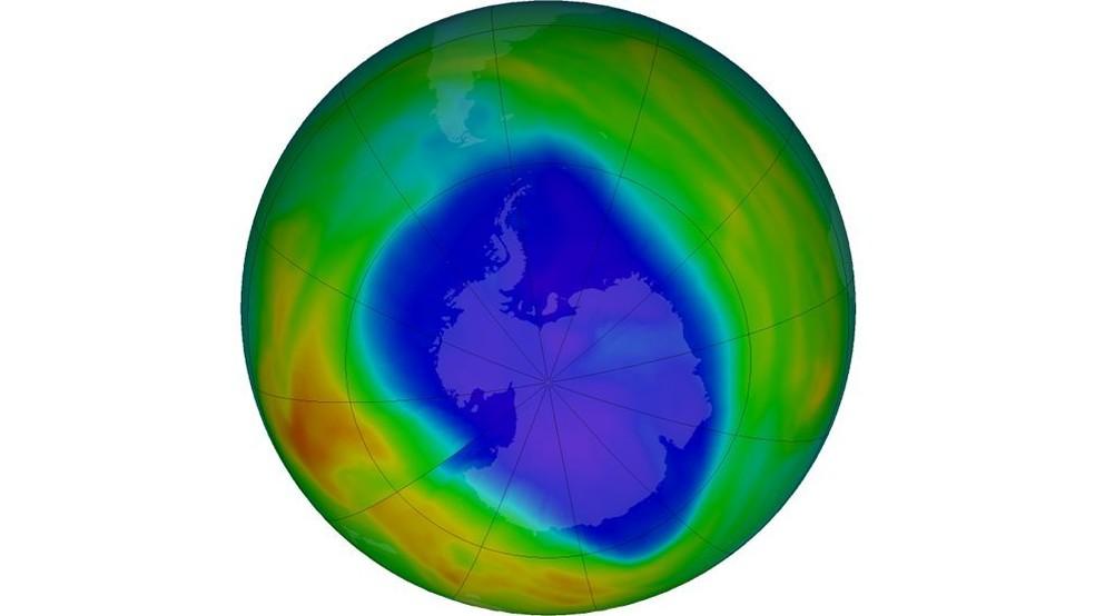 Camada de ozônio sobre o Polo Sul no dia 12 de setembro: em roxo e azul estão as áreas que têm menos ozônio, enquanto em amarelo e vermelho, as que têm mais — Foto: NASA