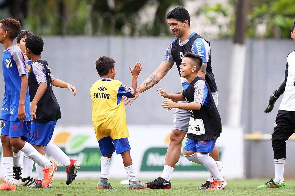 Renato, ídolo do Santos, em rachão do time sub-11 — Foto: Pedro Ernesto Guerra Azevedo/Santos FC