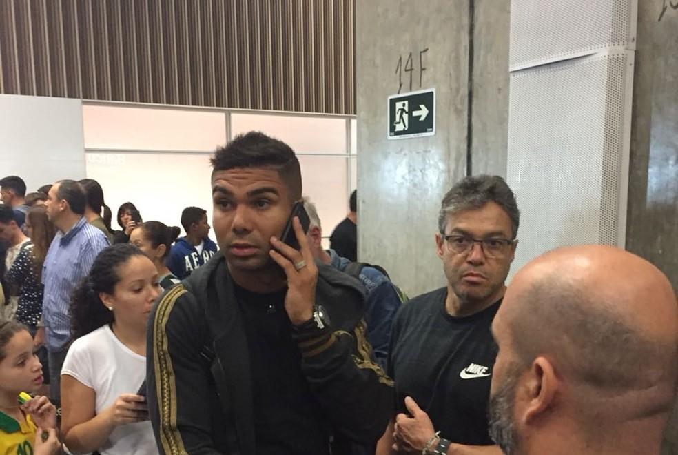 Casemiro em desembarque da Seleção no Rio de Janeiro (Foto: Lucas Loos)