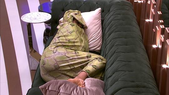 Vestida de cobra pelo Castigo do Monstro, Carolina dorme no sofá