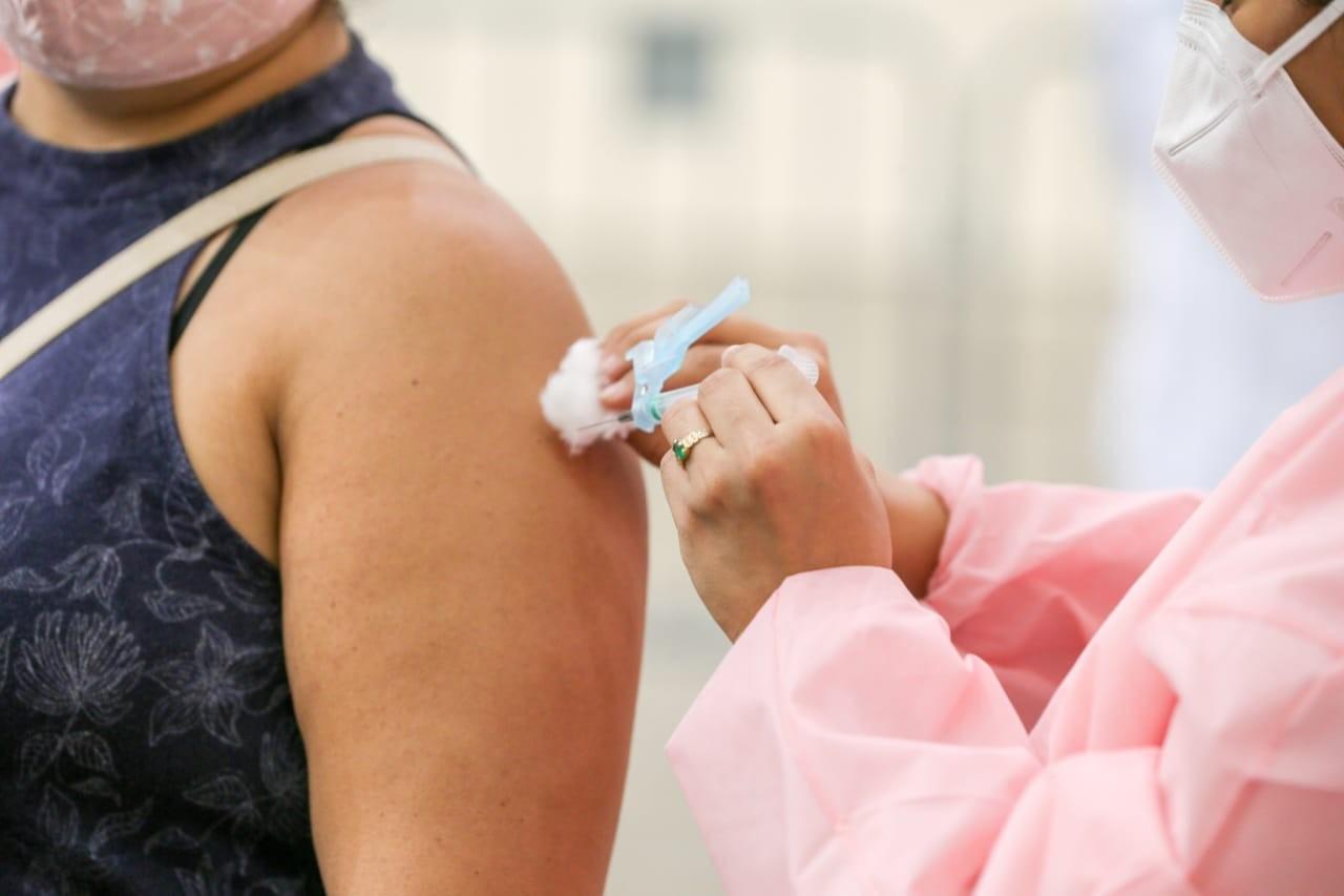 Vacinação contra Covid nesta terça vai dar nova chance a profissionais de saúde que perderam agendamento, em Fortaleza