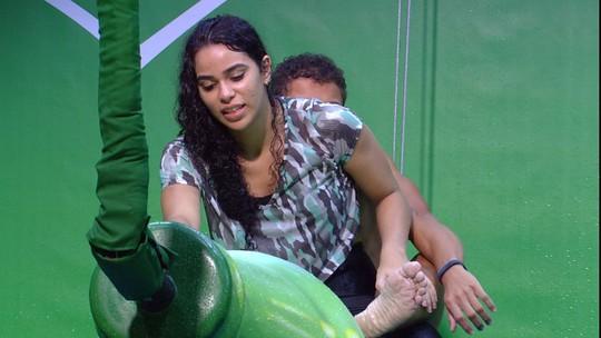 Elana faz massagem em Danrley