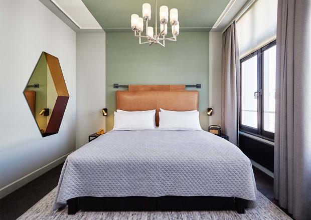 Décor do dia: cabeceira de couro no quarto de casal sofisticado (Foto: Divulgação/Nicemakers)
