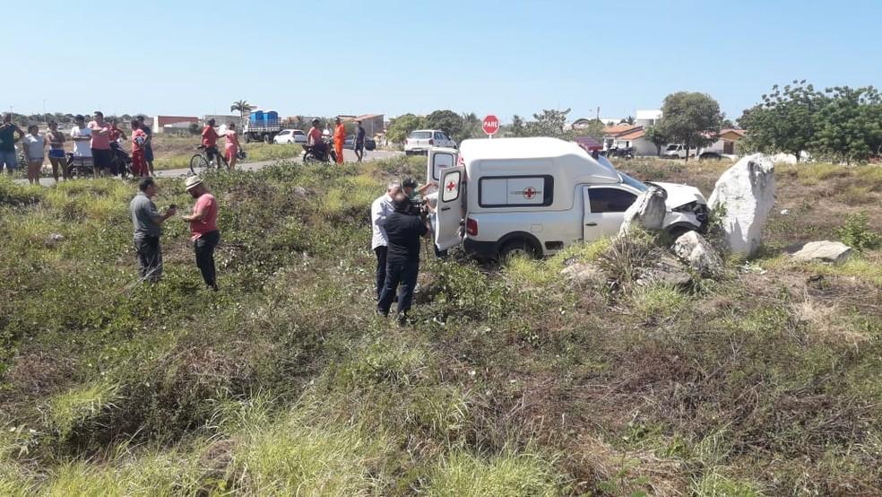 Ambulância transportava paciente quando se envolveu em acidente na BR-304, no RN — Foto: Verilton Pereira