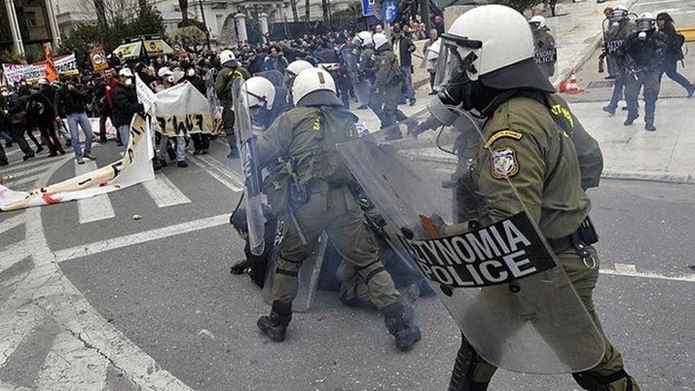 A crise na Grécia levou a inúmeros protestos violentos no país, com seguidos confrontos com a polícia — Foto: Louisa Gouliamaki