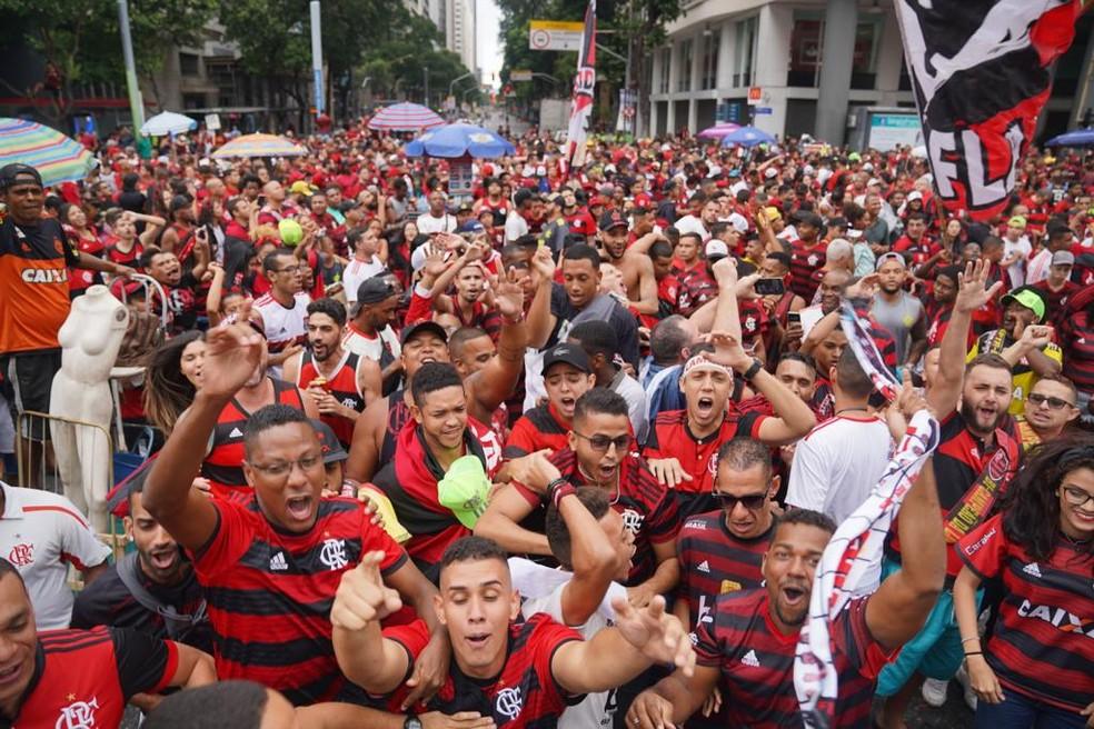 Flamenguistas de reúnem no Centro do Rio para receber o time campeão da Libertadores — Foto: Marcos Serra Lima/G1