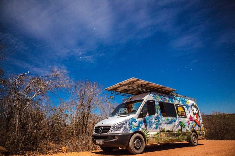 Van com placas solares é utilizada no projeto — Foto: Divulgação