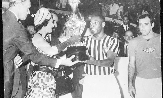 Elizabeth II ao lado do craque brasileiro Pelé