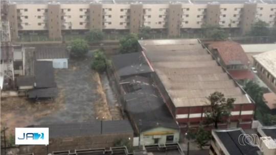 Temporal derruba barracas de feira e causa alagamentos em Goiânia