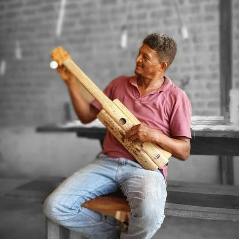 Maurício fabricava e tocava a viola de buriti, tocada pelo avô — Foto: Reprodução/Instagram