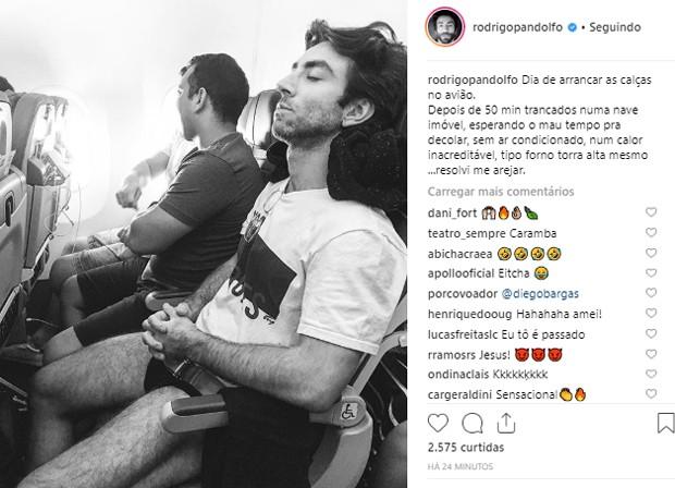Rodrigo Pandolfo tira as calças em voo (Foto: Reprodução/Instagram)