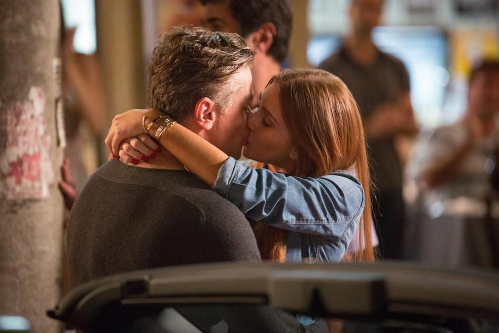 Eliza (Marina Ruy Barbosa) pede Arthur (Fábio Assunção) em namoro — Foto: Fabiano Battaglin / Gshow