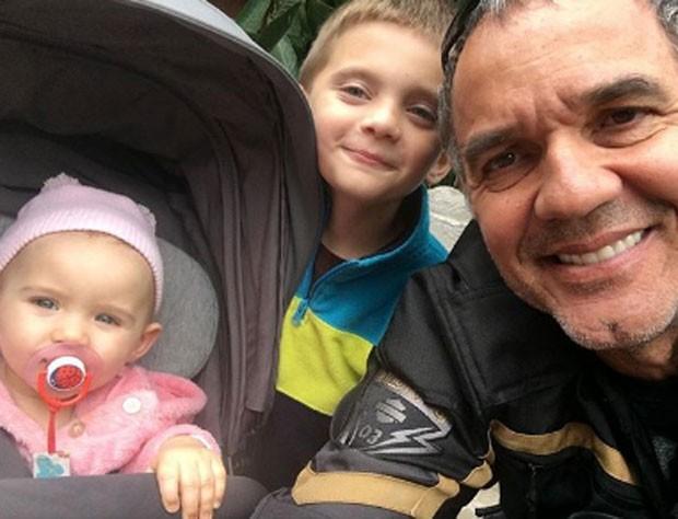 Humberto Martins com os netos Jack e Sophie  (Foto: Reprodução)