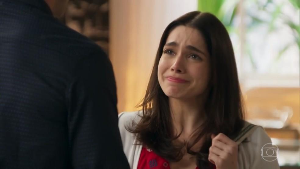 Shirlei (Sabrina Petraglia) fica emocionada com a atitude de Felipe (Marcos Pitombo) - 'Haja Coração' — Foto: Globo