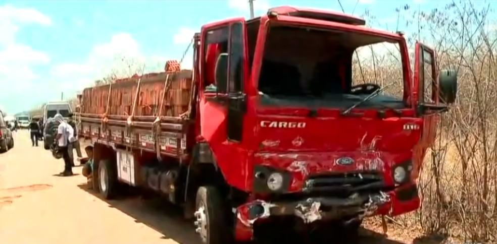 Colisão entre caminhão e van deixa um homem morto no Norte do Piauí — Foto: Reprodução/TV Clube