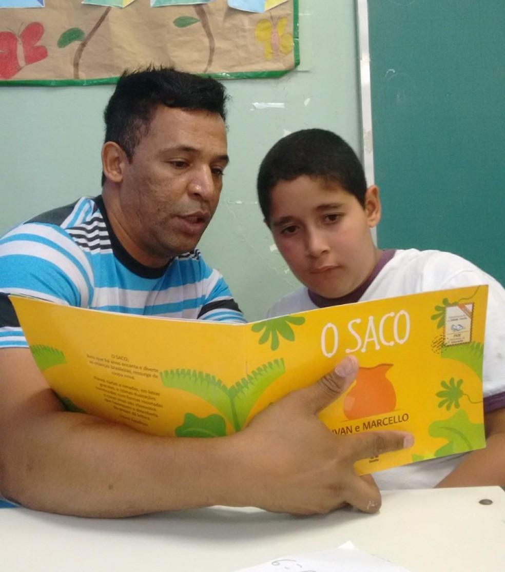 Aguinaldo e Evair leem livro em escola municipal de São Paulo — Foto: Arquivo pessoal