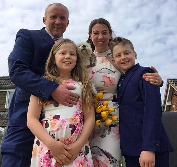 Em meio à pandemia, crianças organizam casamento surpresa para os pais (Foto: Reprodução SWNS)