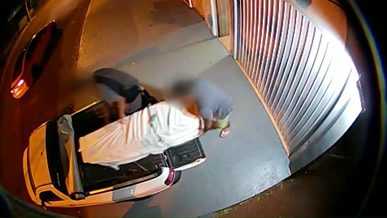 Imagens mostram suspeito deixando prédio onde mora com corpo de vítima, em Cascavel