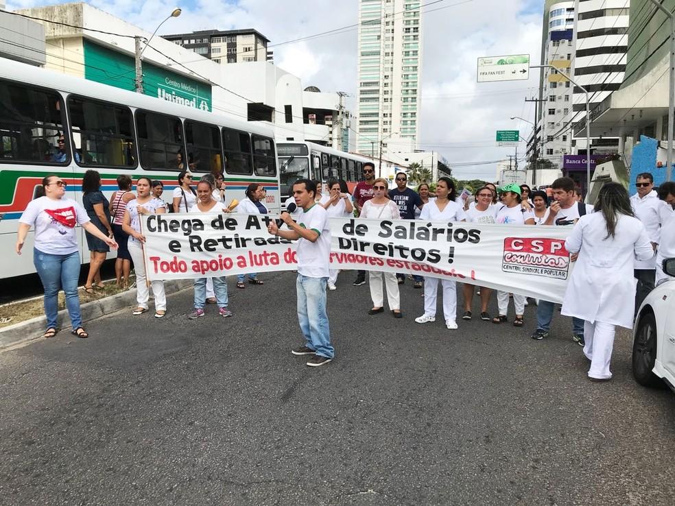 Servidores do Hospital Ruy Pereira protestaram em frente da unidade  (Foto: Clayton Carvalho/Inter TV Cabugi)