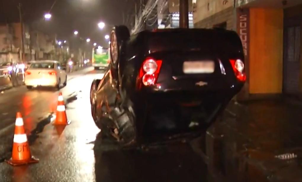 Quatro pessoas ficam feridas após carro capotar na Avenida 28 de Março, em Campos, no RJ