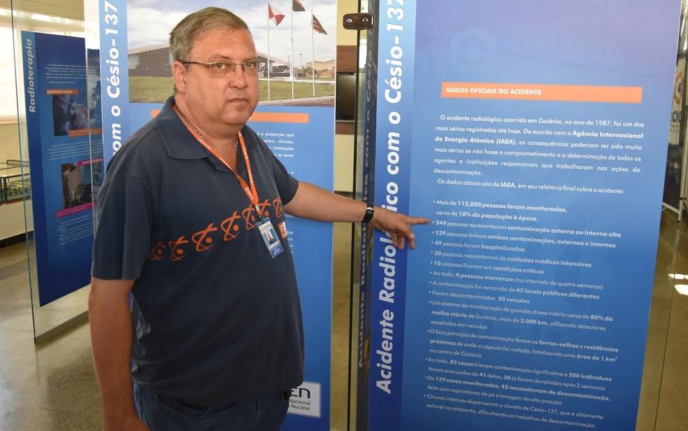 Marco Antônio mostra painel do Centro de Informação, que dos prédios que integram o CRNC-CO (Foto: Sílvio Túlio/G1)