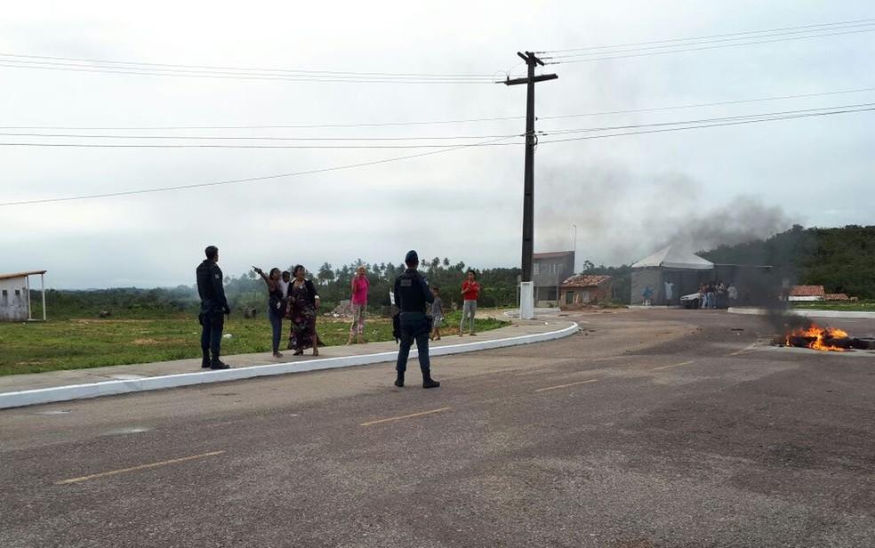 Familiares dos detentos atearam fogo na área externa em protesto na sexta-feira (Foto: TV Sergipe/Ana Fontes)