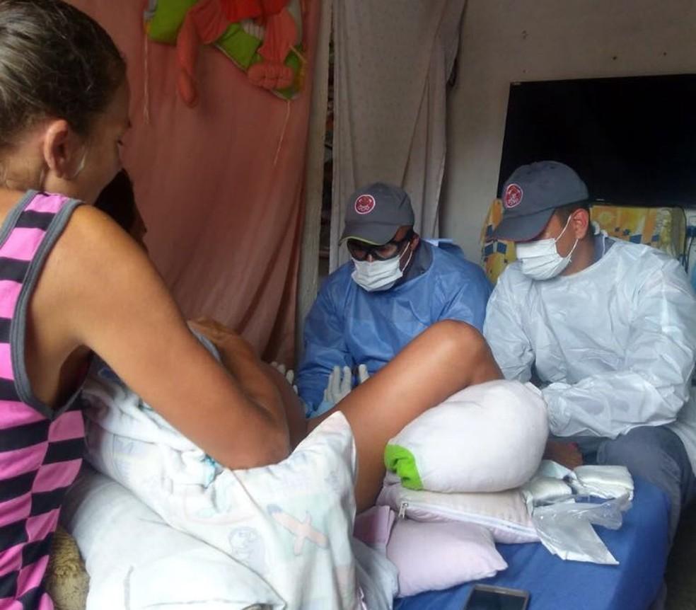 Bombeiros auxiliaram no parto dentro de casa, em Peruíbe (Foto: Divulgação/Comunicação Social do Corpo de Bombeiros)