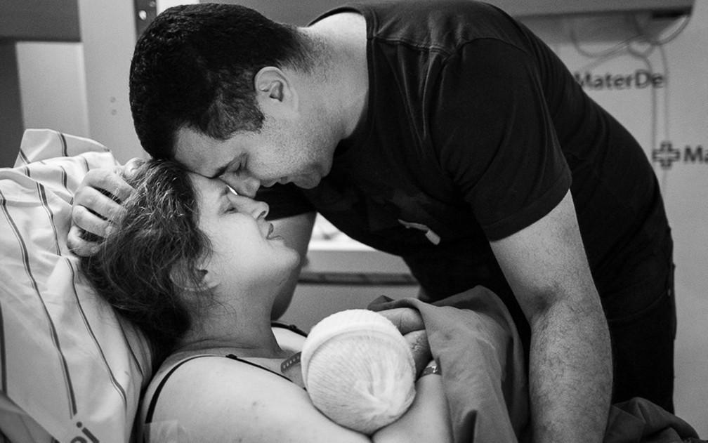 Patrícia e Filipe Abdo com o filho Álvaro, logo após o parto. — Foto: Nathália Diniz/Divulgação