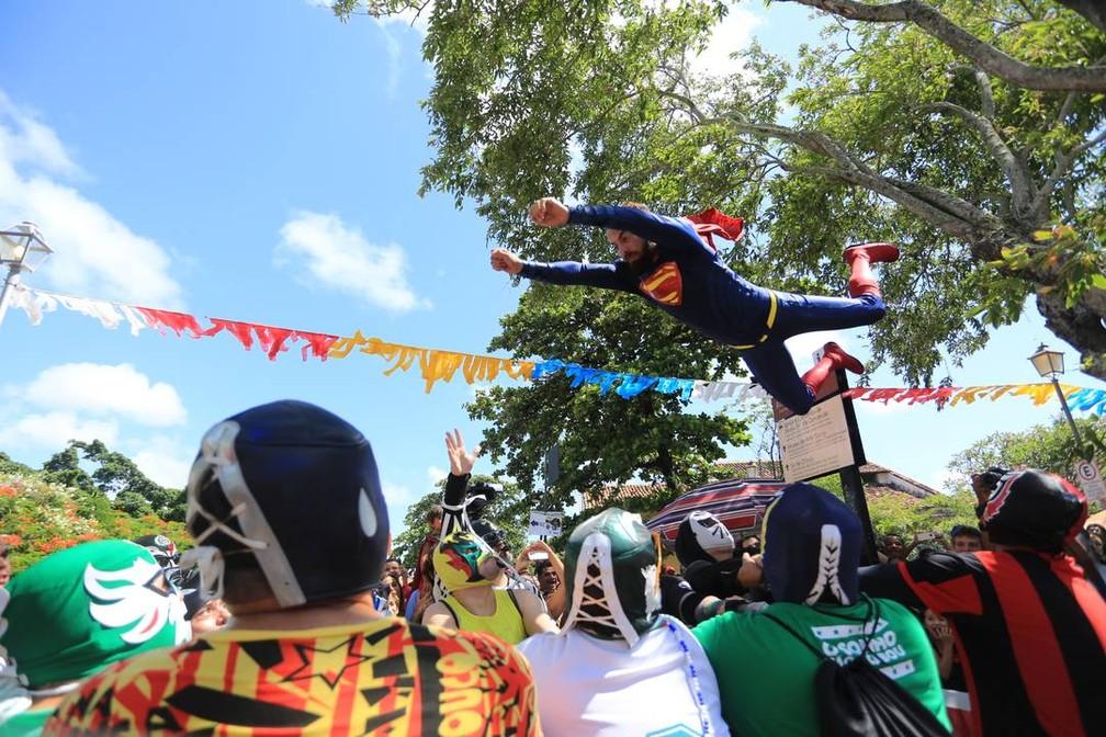 """Super Nando Reis """"voa"""" antes da saída do bloco Enquanto Isso na Sala da Justiça (Foto: Rafael Medeiros/G1)"""