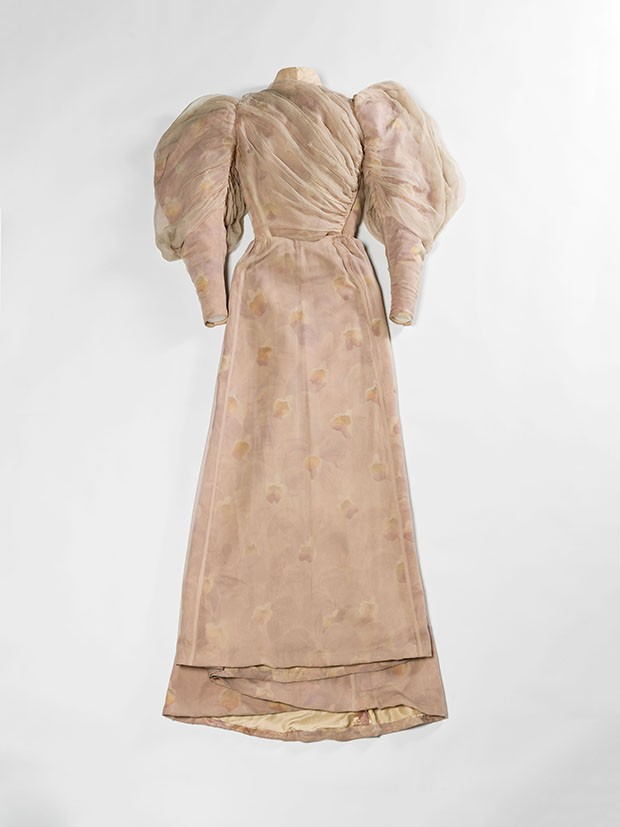 A garden-party gown by Charles Frederick Worth, 1894, in silk-crêpe mousse line and silk taffeta embossed with orchids (Foto: © Julien Vidal/Galliera/Roger-Viollet)