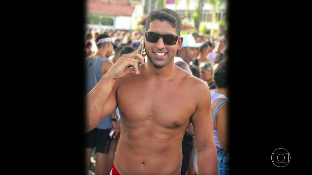 Victor de Melo Baptista, de 27 anos, foi cortado por uma linha com cerol quando passava por Pilares na Linha Amarela — Foto: Reprodução