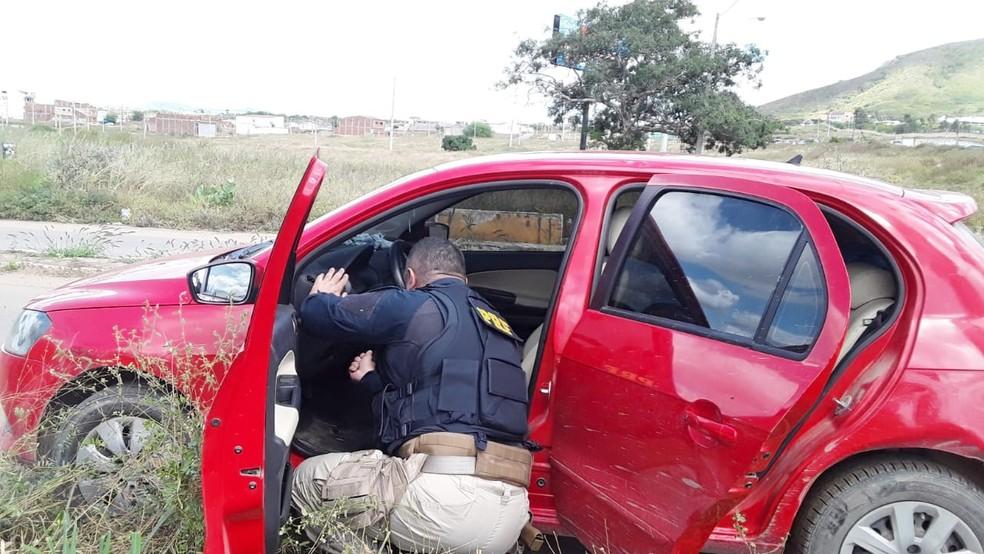 Carro apreendido pela PRF em Toritama — Foto: Polícia Rodoviária Federal/Divulgação