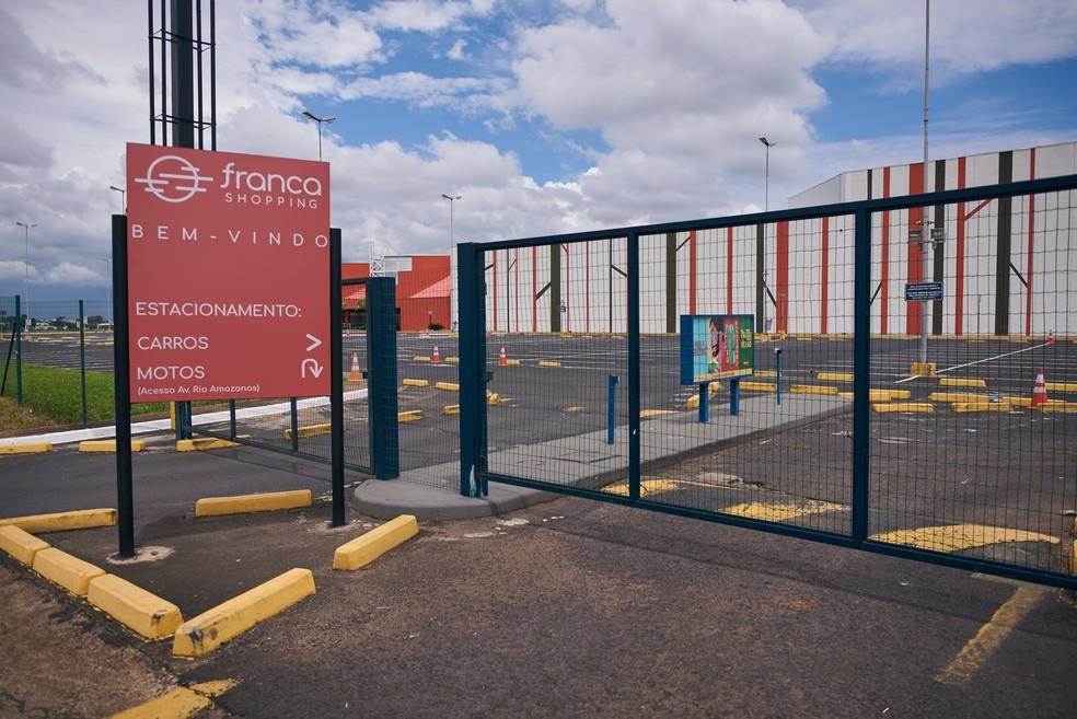 Franca Shopping pode funcionar das 12h às 20h durante a fase laranja — Foto: Igor do Vale